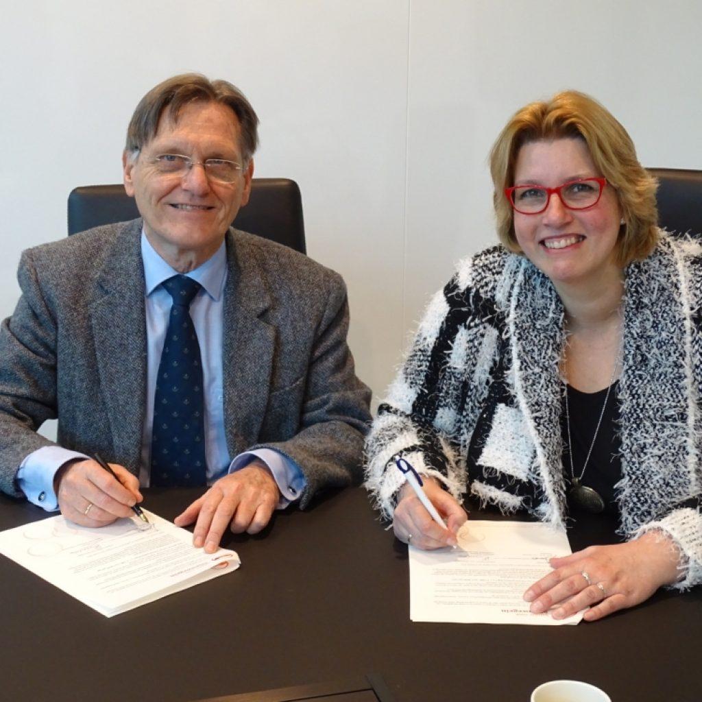 Contractondertekening KWR, directeur Wim van Viersen en intermediair Karin Beenen
