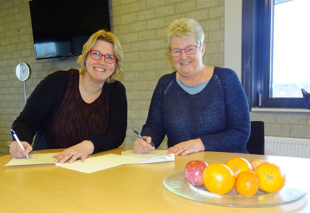 Contractondertekening Anna van Rijn College, Intermediair Karin Beenen en locatiedirecteur Elly Dumond